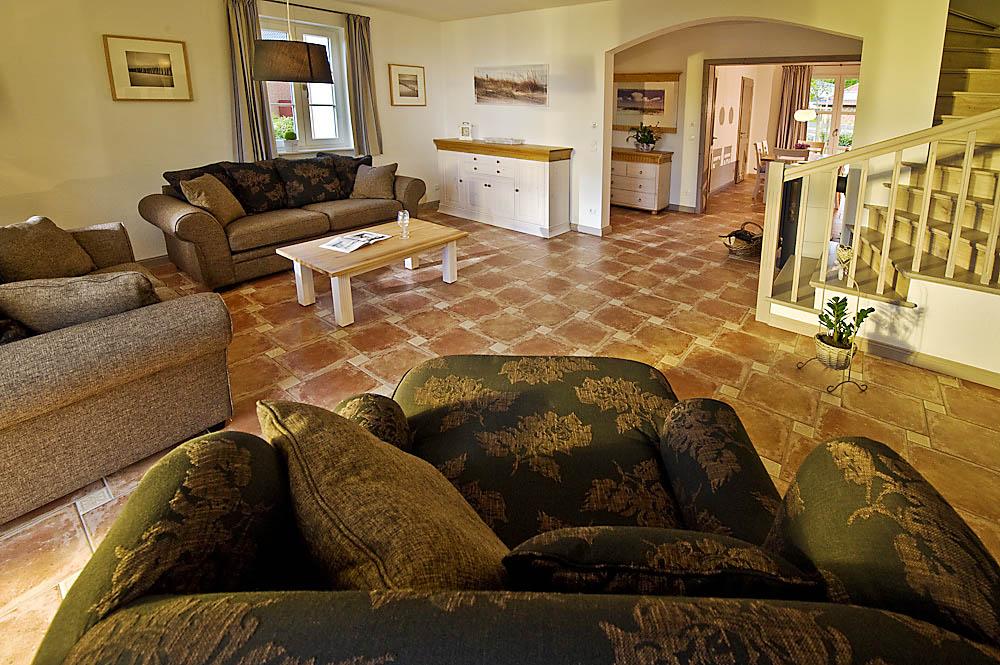Großzügiges Wohnzimmer im Ferienhaus der Gutshofhäuser Pendorf Sellin Rügen