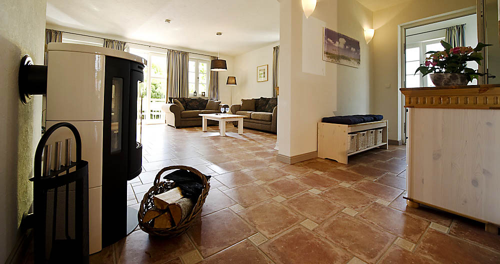 Wohnzimmer mit Kamin im Ferienhaus Antje und Jule – Gutshofhäuser Pendorf, Sellin Rügen